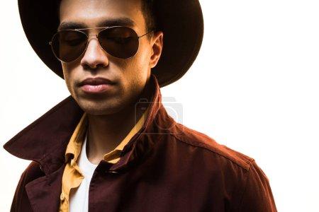 Photo pour Élégant mixte homme en lunettes de soleil et chapeau posant isolé sur blanc - image libre de droit