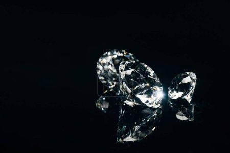 Photo pour Transparent diamants pur isolé sur fond noir avec reflet - image libre de droit