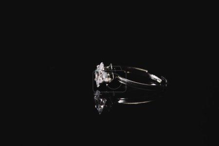 Photo pour Bague de fiançailles avec diamant pur isolé sur fond noir - image libre de droit