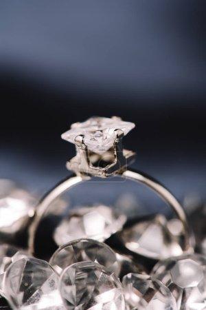 Photo pour Mise au point sélective de la bague de fiançailles avec diamant brillant - image libre de droit