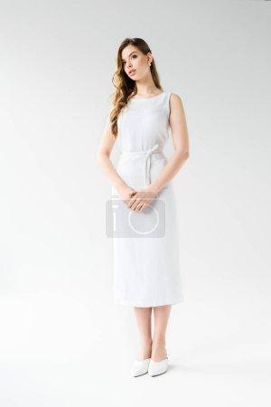 Photo pour Jeune femme attirante restant dans la robe sur le blanc - image libre de droit