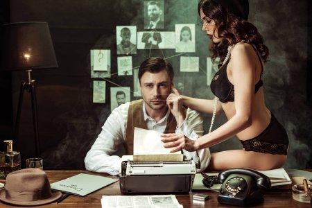 Photo pour Sexy fille en lingerie noire séduisant détective dans le bureau sombre - image libre de droit