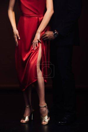Photo pour Vue recadrée du couple interracial dans l'usure formelle posant isolé sur noir - image libre de droit