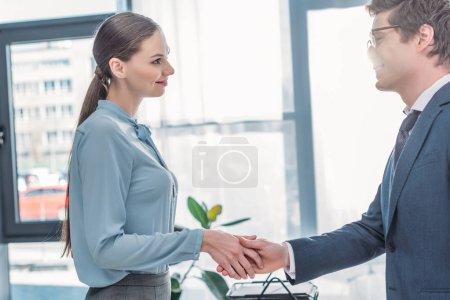 Photo pour Femme attirante serrant la main avec le recruteur dans des glaces - image libre de droit