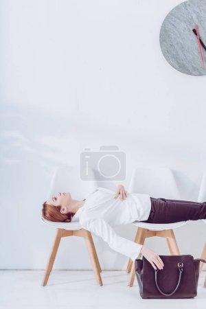 Photo pour Employé se trouvant sur des chaises et le sac de maintien pendant l'entrevue d'emploi d'attente - image libre de droit