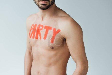 Photo pour Vue partielle de l'homme torse nu avec inscription sur le corps isolé sur gris - image libre de droit