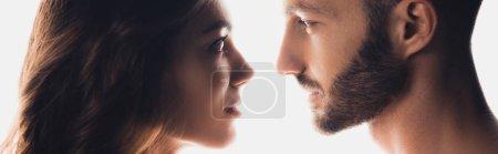 Photo pour Tir panoramique de couples regardant l'un l'autre isolé sur le blanc - image libre de droit