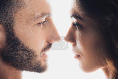 Photo pour Vue recadrée de couple aimant se regardant isolés sur blanc - image libre de droit