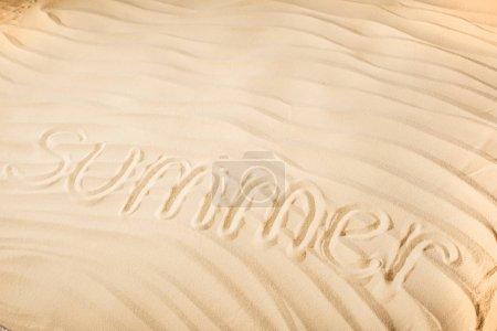 Photo pour Fond texturé avec l'été de mot écrit sur le sable ondulé - image libre de droit