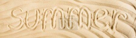 Photo pour Coup panoramique de mot été écrit sur du sable ondulé - image libre de droit