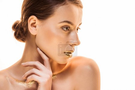 junge nackte schöne Frau mit goldenem Make-up sieht weg isoliert auf weiß