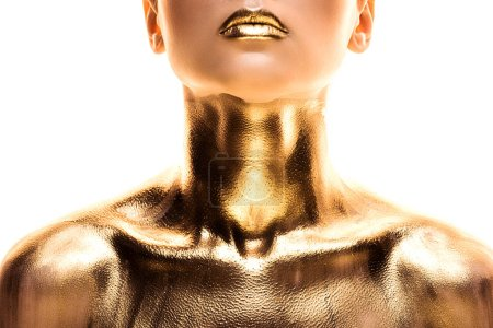 vue partielle de femme nue peinte en or isolé sur blanc