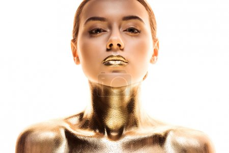 Photo pour Verticale de jeune femme nue peinte en or regardant l'appareil-photo d'isolement sur le blanc - image libre de droit