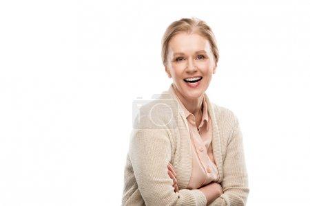 Photo pour Femme âgée moyenne de sourire avec les bras croisés d'isolement sur le blanc avec l'espace de copie - image libre de droit