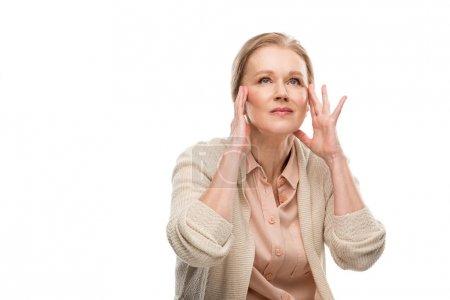 Photo pour Femme âgée moyenne touchant la tête tout en ayant le mal de tête isolé sur le blanc - image libre de droit