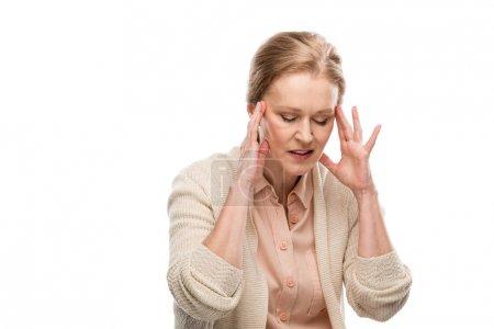 Photo pour Femme âgée moyenne épuisée touchant la tête tout en ayant le mal de tête isolé sur le blanc - image libre de droit