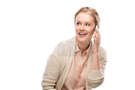 Photo pour Femme âgée moyenne heureuse parlant sur le smartphone d'isolement sur le blanc - image libre de droit