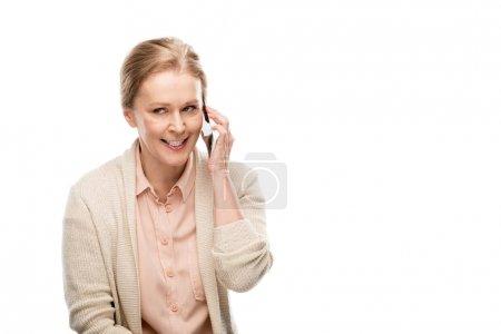 Photo pour Femme âgée moyenne parlant sur le smartphone d'isolement sur le blanc avec l'espace de copie - image libre de droit