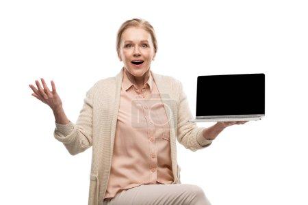 Photo pour Excité femme d'âge moyen tenant ordinateur portable avec écran vierge isolé sur blanc - image libre de droit