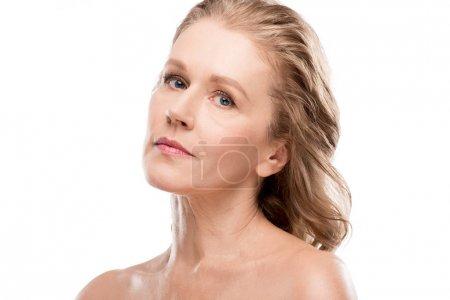 Photo pour Belle femme d'âge moyen avec le visage propre regardant la caméra isolé sur blanc - image libre de droit