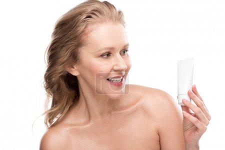Photo pour Belle femme mature avec une peau parfaite tenant crème hydratante visage isolé sur blanc - image libre de droit