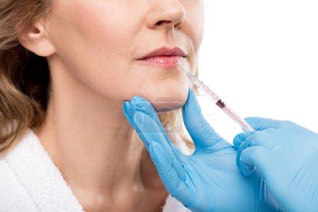 Photo pour Vue recadrée du docteur donnant l'injection de beauté à la femme d'âge moyen isolated on White - image libre de droit