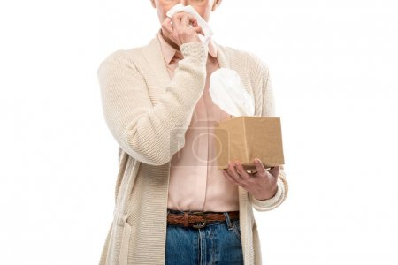 Photo pour Vue recadrée de la femme d'âge moyen pleurant et essuyant le visage avec du tissu isolé sur blanc - image libre de droit