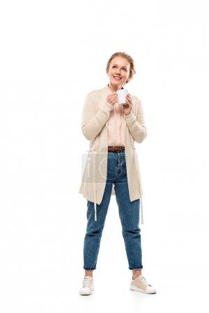 Photo pour Femme âgé moyen de sourire retenant la cuvette de café d'isolement sur le blanc - image libre de droit