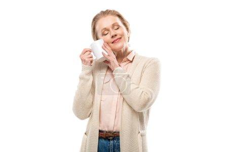 Photo pour Femme âgée moyenne avec des yeux fermés retenant la cuvette de café d'isolement sur le blanc - image libre de droit