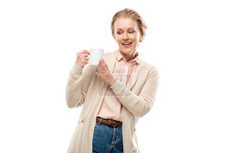 Photo pour Femme âgé moyen de sourire avec la cuvette de café d'isolement sur le blanc - image libre de droit