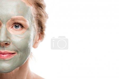Photo pour Vue partielle de la femme mûre avec le masque d'argile d'isolement sur le blanc avec l'espace de copie - image libre de droit