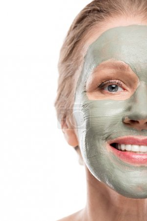 Photo pour Femme mûre heureuse avec le masque d'argile d'isolement sur le blanc - image libre de droit