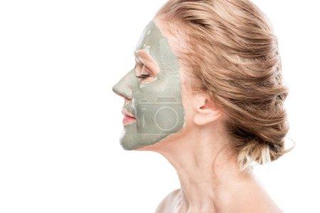 Photo pour Vue latérale de la femme mûre avec le masque d'argile d'isolement sur le blanc - image libre de droit
