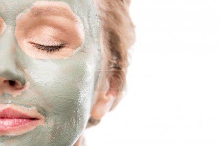 Photo pour Vue recadrée de la femme mûre avec le masque d'argile d'isolement sur le blanc - image libre de droit