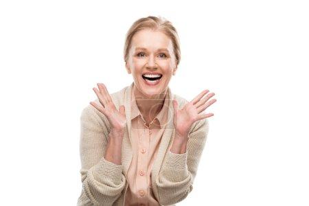 szczęśliwy w średnim wieku kobieta Gesturing i patrząc na aparat na białym tle