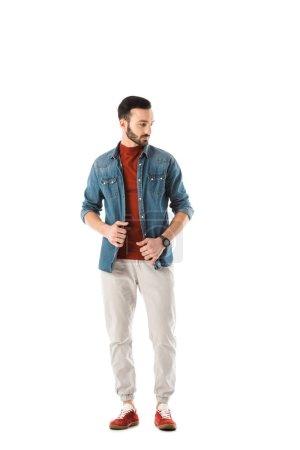 Photo pour Bel homme barbu dans la chemise de denim regardant loin isolé sur le blanc - image libre de droit