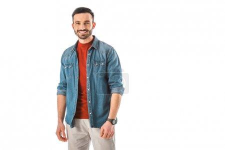 Photo pour Homme beau heureux dans la chemise bleue de denim regardant l'appareil-photo d'isolement sur le blanc - image libre de droit
