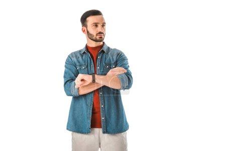 Photo pour Homme réfléchi debout avec les bras croisés et regardant loin isolé sur blanc - image libre de droit