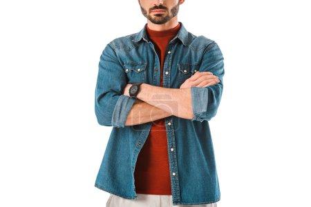 Photo pour Homme barbu adulte dans la chemise de denim restant avec les bras croisés d'isolement sur le blanc - image libre de droit