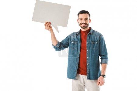 Photo pour Homme barbu souriant tenant bulle de parole et regardant la caméra isolée sur blanc - image libre de droit