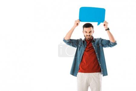 Photo pour Homme irrité retenant la bulle de discours au-dessus de la tête et regardant la caméra d'isolement sur le blanc - image libre de droit