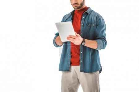 Photo pour Vue partielle de l'homme adulte dans la chemise de denim utilisant la tablette numérique d'isolement sur le blanc - image libre de droit