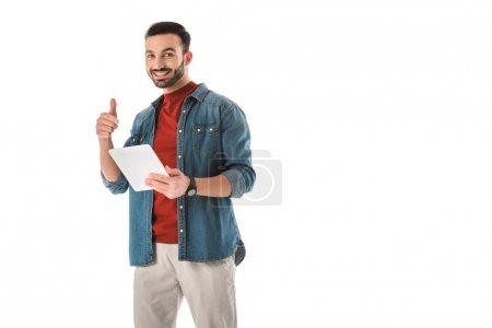 Photo pour Homme beau de sourire affichant le signe d'idée tout en utilisant la tablette numérique d'isolement sur le blanc - image libre de droit