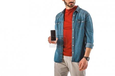 Teilansicht eines erwachsenen Mannes mit Smartphone und leerem Bildschirm isoliert auf weiß