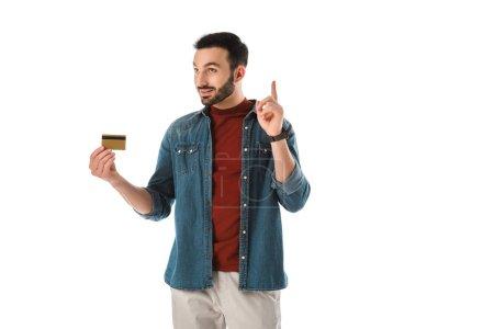 Photo pour Signe d'idée de fixation d'homme de sourire tout en retenant la carte de crédit d'isolement sur le blanc - image libre de droit