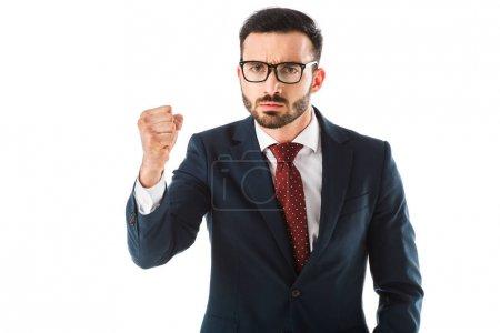 Photo pour Homme d'affaires fâché affichant le poing tout en regardant la caméra d'isolement sur le blanc - image libre de droit