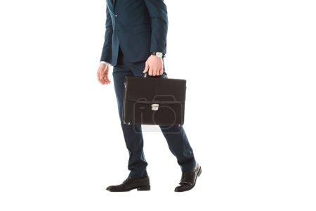 abgeschnittene Ansicht von erwachsenen Geschäftsmann mit Aktentasche isoliert auf weiß