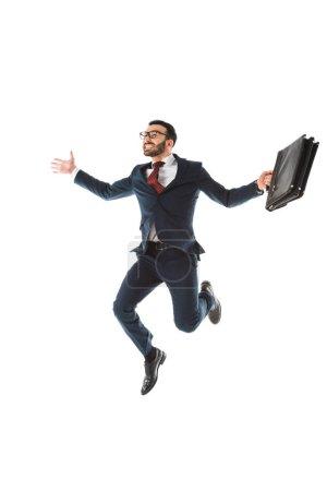 feliz hombre de negocios con maletín saltando y sonriendo aislado en blanco