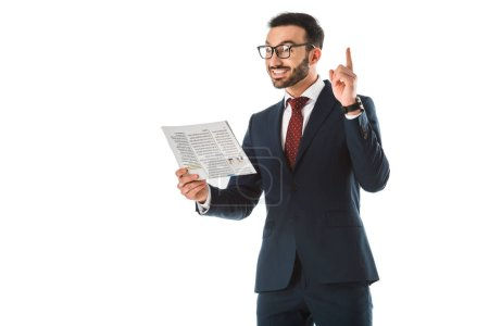 Photo pour Homme d'affaires de sourire retenant le journal et affichant le signe d'idée d'isolement sur le blanc - image libre de droit