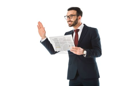 Photo pour Homme d'affaires gai avec le journal affichant le geste de bonjour et regardant loin isolé sur le blanc - image libre de droit